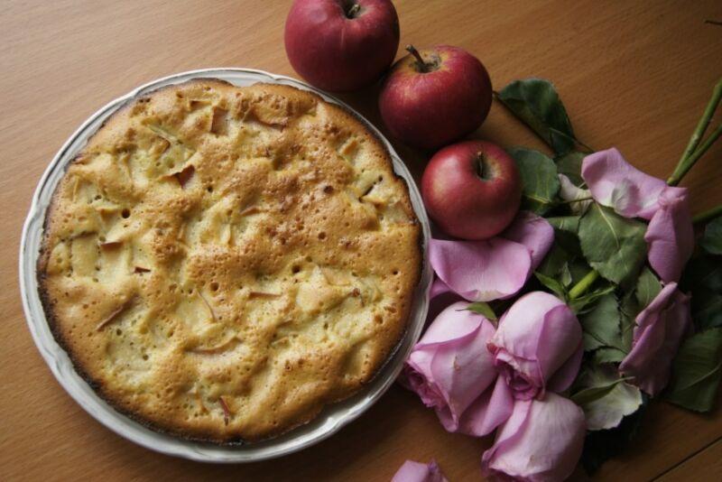 Пышная шарлотка с яблоками в духовке: 11 классических рецептов